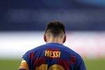 El delantero argentino del Barcelona Lionel Messi se muestra cabizbajo durante el partido de los cuartos de final de la Liga de Campeones ante el Bayern Munich, en Lisboa, el viernes 14 de agosto de 2020. (AP Foto/Manu Fernández/Pool)