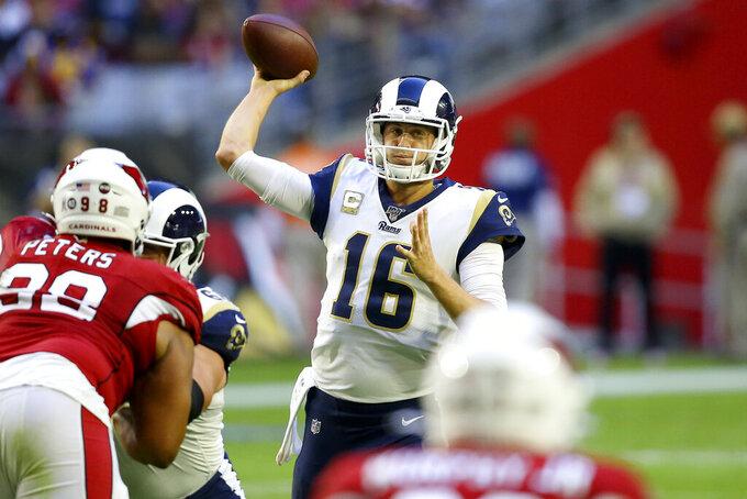 El quarterback Jared Goff (16), de los Rams de Los Ángeles, lanza ante los Cardinals de Arizona en el partido del domingo 1 de diciembre de 2019, en Glendale, Arizona. (AP Foto/Ross D. Franklin)
