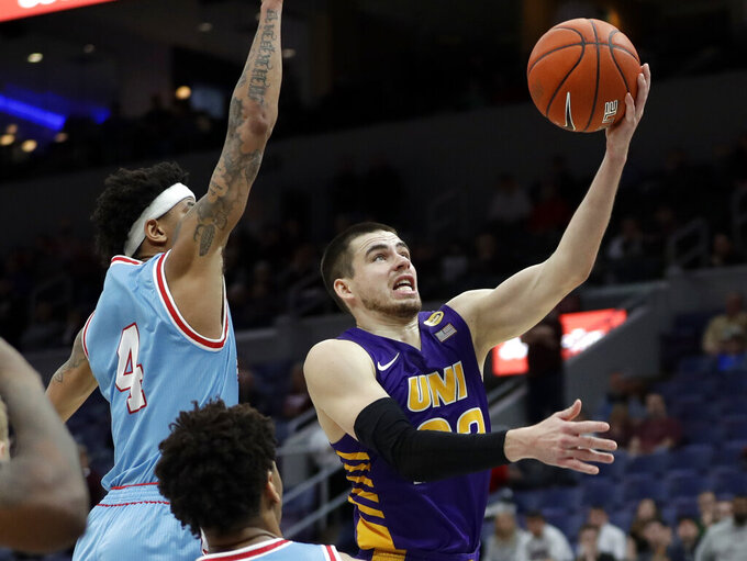 Northern Iowa's Wyatt Lohaus, right, scores past Drake's Anthony Murphy with seconds left in an NCAA college basketball game in the semifinal round of the Missouri Valley Conference tournament, Saturday, March 9, 2019, in St. Louis. Northern Iowa won 60-58. (AP Photo/Jeff Roberson)