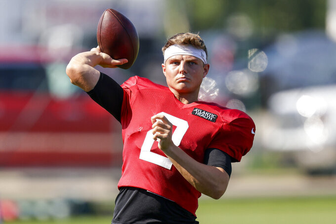 New York Jets quarterback Zach Wilson passes during a joint NFL football training camp practice with the Green Bay Packers Wednesday, Aug. 18, 2021, in Green Bay, Wis. (AP Photo/Matt Ludtke)