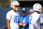 Los Angeles Chargers head coach Brandon Staley, center, chats with quarterback Justin Herbert, left, during an NFL football practice Tuesday, June 15, 2021, in Costa Mesa, Calif. (AP Photo/Kyusung Gong)