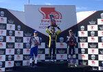 Colton Herta, centro, celebra su victoria en IndyCar en Laguna Seca, con Alex Palou, izquierda, en segundo lugar y Romain Grosjean, el domingo 19 de septiembre de 2021, en Monterey, California. Palou extendió su ventaja a 35 puntos en la clasificación de pilotos de cara a la carrera final del campeonato la próxima semana. (AP Foto/Jenna Fryer)