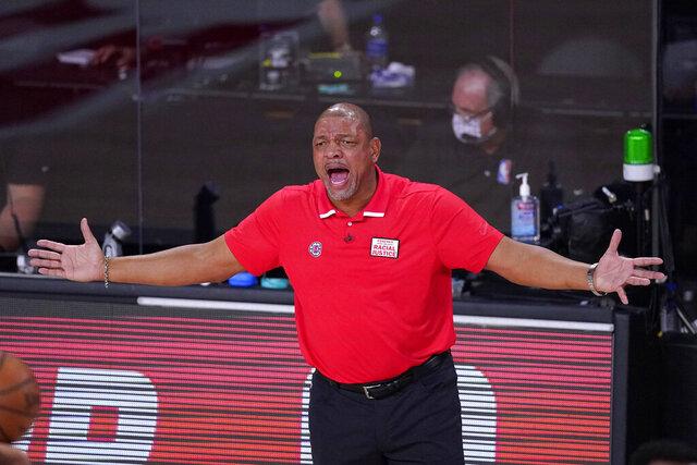 ARCHIVO.- El domingo 13 de septiembre de 2020, El coach de los Clippers de Los Ángeles, Doc Rivers, da instrucciones durante un partido de las semifinales de la Conferencia Oeste de la NBA ante los Nuggets de Denver, en Lake Buena Vista, Florida. El 3 de octubre del 2020 los Sixers de Filadelfia esperan que Rivers los ayude a ganar su primer título desde 1983. (AP Foto/Mark J. Terrill)