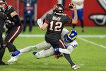 El linebacker Samson Ebukam (50), de los Rams de Los Ángeles, atrapa al quarterback Tom Brady (12), de los Buccaneers de Tampa Bay, en la segunda mitad del partido de la NFL en Tampa, Florida, el lunes 23 de noviembre de 2020. (AP Foto/Jason Behnken)