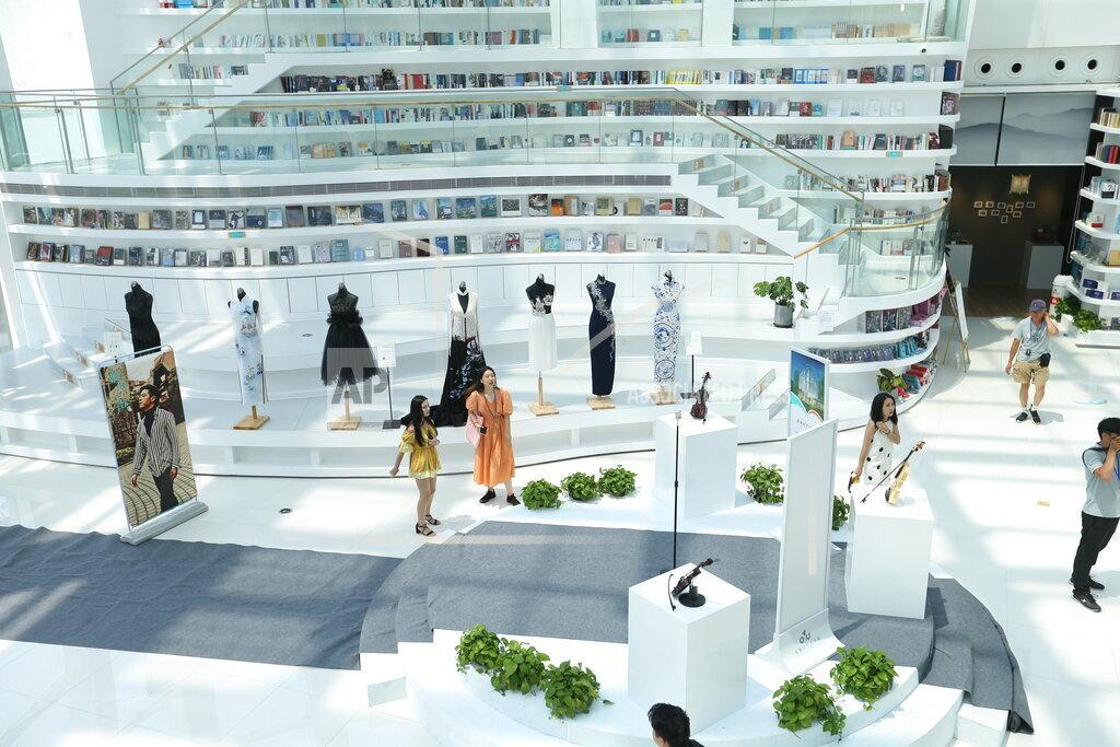 CHINA CHINESE SHANGHAI GLASS-BUILT BOOKSTORE LANDMARKT ART