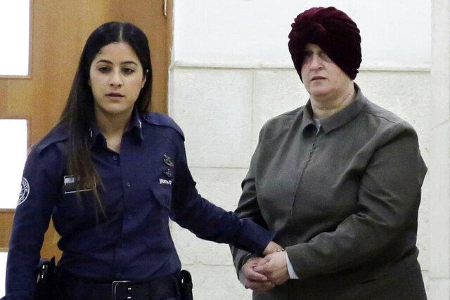 ARCHIVO - En esta fotografía del 27 de febrero de 2018 la australiana Malka Leifer (derecha) es llevada a una corte en Jerusalén. (AP Foto/Mahmoud Illean, Archivo)