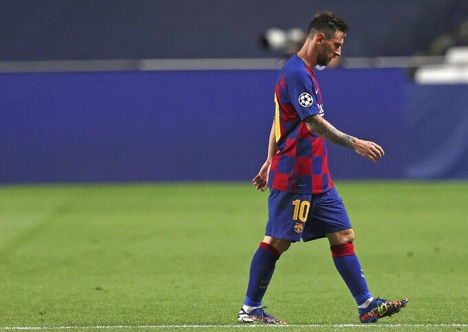 Lionel Messi del Barcelona abandona la cancha durante el partido de cuartos de final de la Liga de Campeones contra el Bayern Munich, en Lisboa, el viernes 14 de agosto de 2020. (Rafael Marchante/Pool via AP)