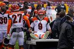 El quarterback de los Bengals de Cincinnati Joe Burrow es consolado por sus compañeros tras sufrir una lesión de rodilla en el encuentro del domingo 22 de noviembre del 2020 ante Washington. (AP Photo/Susan Walsh)