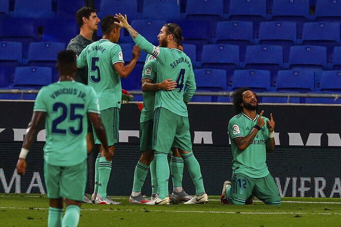 Los jugadores del Real Madrid celebran su victoria 1-0 ante el Espanyol por la Liga de España en Barcelona, el domingo 28 de junio de 2020. (AP Photo/Joan Monfort)
