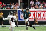 El quarterback de los Eagles de Filadelfia Jalen Hurts lanza el balón ante la mirada del linebacker de los Falcons de Atlanta, Deion Jones, en la primera mitad del juego del domingo 12 de septiembre de 2021, en Atlanta. (AP Foto/John Bazemore)
