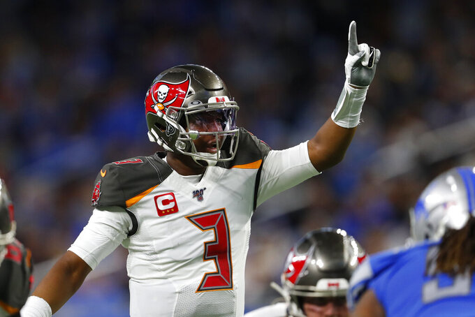 El quarterback de los Buccaneers de Tampa Bay Jameis Winston señala durante la primera mitad del juego de la NFL contra los Lions de Detroit, el domingo 15 de diciembre de 2019, en Detroit. (AP Foto/Paul Sancya)