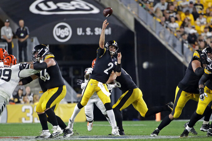 Pittsburgh Steelers quarterback Mason Rudolph (2) throws a touchdown pass to wide receiver Diontae Johnson during the second half of an NFL football game against the Cincinnati Bengals in Pittsburgh, Monday, Sept. 30, 2019. (AP Photo/Don Wright)