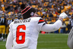 Cleveland Browns quarterback Baker Mayfield (6) wears a glove on his throwing hand during the second half of an NFL football game against the Pittsburgh Steelers, Sunday, Dec. 1, 2019, in Pittsburgh. Mayfield left the game in the first half after hitting his hand on a helmet. (AP Photo/Don Wright)