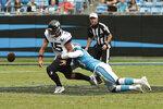 Brian Burns, linebacker de los Panthers de Carolina, derriba a Gardner Minshew, quarterback de los Jaguars de Jacksonville, para forzar un balón suelto el domingo 6 de octubre de 2019 (AP Foto/Mike McCarn)