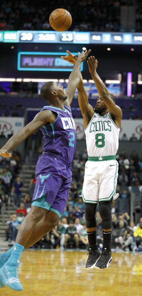 Kemba Walker, de los Celtics de Boston, dispara por encima de Marvin Williams, de los Hornets de Charlotte, en la primera mitad del juego del jueves 7 de noviembre de 2019, en Charlotte, Carolina del Norte. (AP Foto/Bob Leverone)