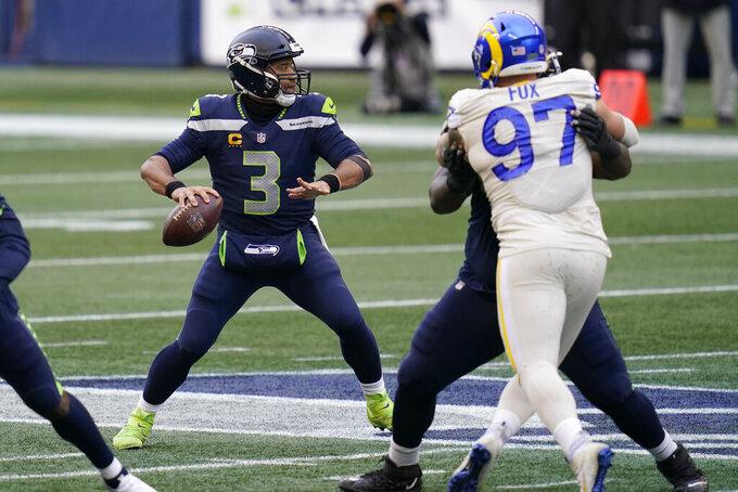 En foto del 27 de diciembre del 2020, el quarterback de los Seahawks de Seattle Russell Wilson  lanza un pase en el juego ante los Rams de Los Ángeles. El jueves 7 de enero del 2021, por segunda ocasión en tres semanas, los Rams de Seahawks se enfrentarán el sábado, esta ocasión será en la primera ronda de los playoffs de la Conferencia Nacional. (AP Foto/Elaine Thompson)