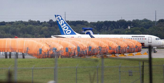 ARCHIVO - En imagen de archivo del 3 de octubre de 2019, los fuselajes del Boeing 737 MAX, fabricados por Spirit Aerosystems en Wichita, Kansas, se encuentran cubiertos pr lonas cerca de la fábrica. (Travis Heying/The Wichita Eagle vía AP, archivo)