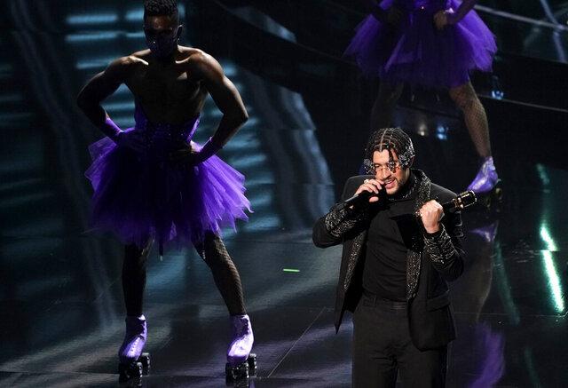 Bad Bunny recibe el Premio Billboard al mejor artista latino el miércoles 14 de octubre de 2020 en el Teatro Dolby en Los Angeles. (AP Foto/Chris Pizzello)