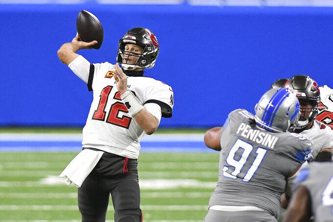 Tom Brady, quarterback de los Buccaneers de Tampa Bay, lanza un pase en el partido ante los Lions de Detroit, el sábado 26 de diciembre de 2020 (AP Foto/Lon Horwedel)