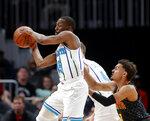 Kemba Walker (15), de los Hornets de Charlotte, pasa el balón ante la defensa de Trae Young (11), de los Hawks de Atlanta, en el juego del sábado 9 de febrero de 2019, en Atlanta. (AP Foto/John Bazemore)