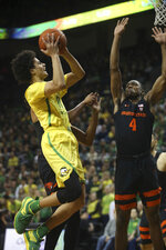 Oregon's Will Richardson, left, shots against Oregon State's Alfred Hollins during the first half of an NCAA college basketball game Saturday, Jan. 5, 2019, in Eugene, Ore. (AP photo/Chris Pietsch)