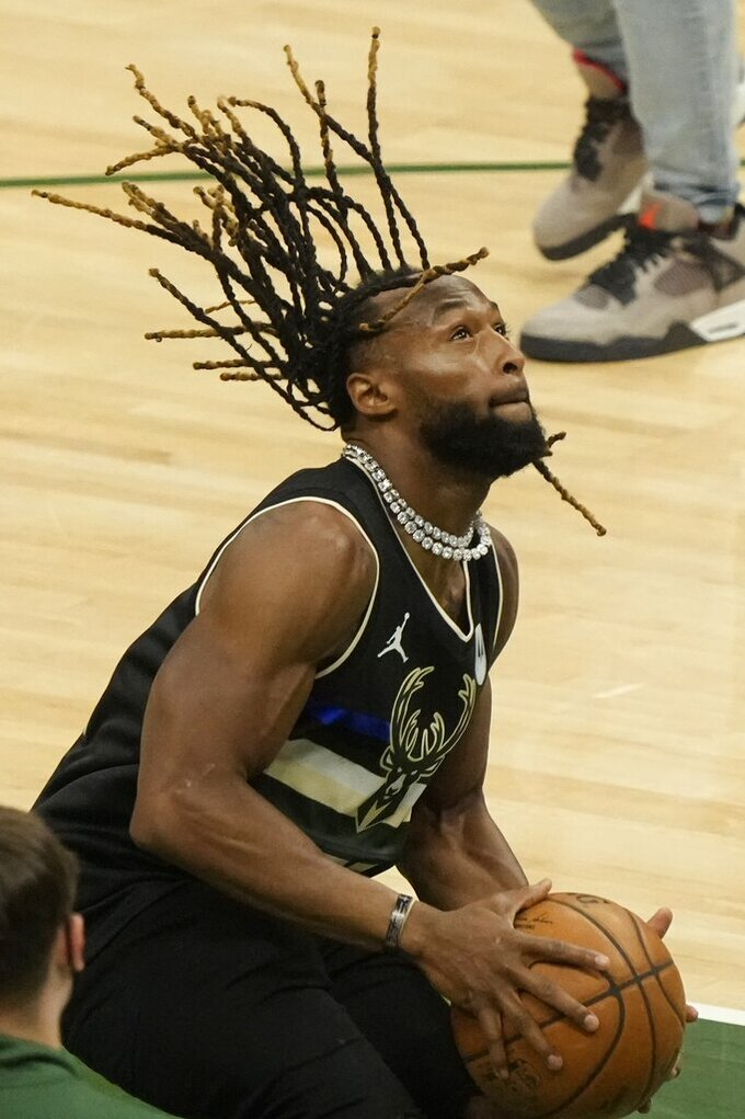Green Bay Packers' Za'Darius Smith dunks after Game 3 of the NBA Eastern Conference basketball semifinals game between the Milwaukee Bucks and the Brooklyn NetsThursday, June 10, 2021, in Milwaukee. The Bucks won 86-83 and the Nets lead the series 2-1. (AP Photo/Morry Gash)