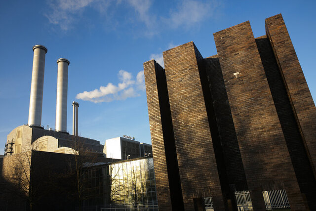 Smoke billows out of a chimney stack of the heating power plant at the district Mitte in Berlin, Germany, Thursday, Dec. 5, 2019. Under European Union rules, the plant's operator, Vattenfall, needs a permit for each ton of carbon dioxide it emits. (Photo/Markus Schreiber)