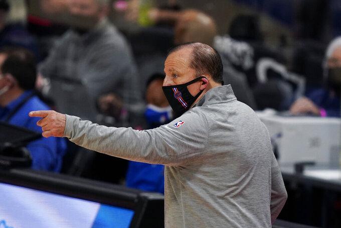 El coach de los Knicks de Nueva York Tom Thibodeau en el encuentro del domingo 11 de diciembre del 2020 de pretemporada ante los Pistons de Detroit. El martes 15 de diciembre del 2020 los Knicks esperan que con Thibodeau el equipo cambié tras siete temporadas sin alcanzar la postemporada. (AP Photo/Carlos Osorio)