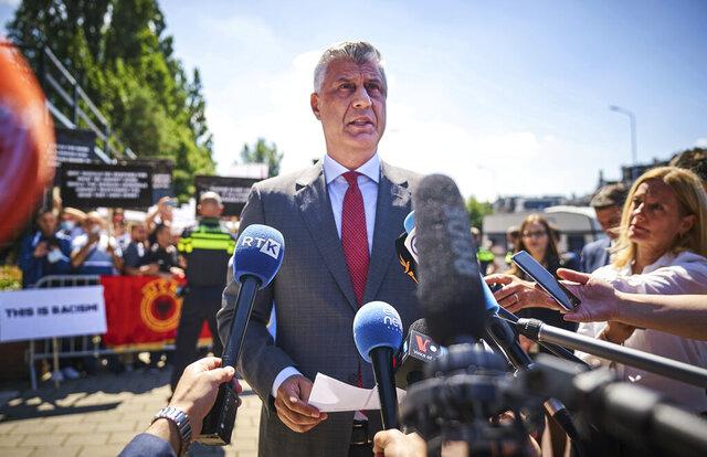 El presidente de Kosovo, Hashim Thaci, habla con los medios a su llevada a la sede de la Cámara de Especialistas de Kosovo en La Haya, el lunes 13 de julio de 2020. (AP Foto/Phil Nijhuis)