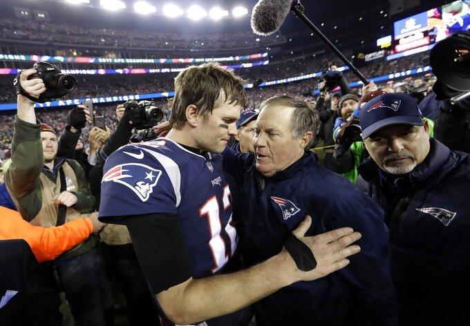 ARCHIVO - En esta foto de archivo del 21 de enero de 2018, el quarterback de los Patriots de Nueva Inglaterra, Tom Brady, abraza al entrenador Bill Belichick, después de vencer a los Jaguars de Jacksonville (AP Foto/David J. Phillip, archivo)