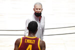 Southern California head coach Andy Enfield, top, talks with Southern California's Evan Mobley in the second half of an NCAA college basketball game, Tuesday, Dec. 1, 2020, in Uncasville, Conn. (AP Photo/Jessica Hill)