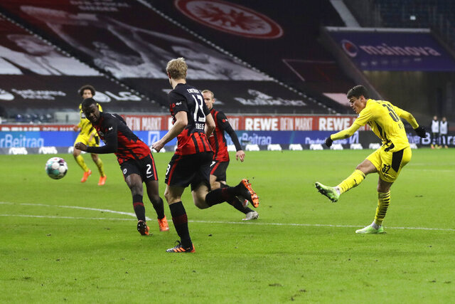Dortmund's Giovanni Reyna, right, scores his side's equalizing goal during a German Bundesliga soccer match between Eintracht Frankfurt and Borussia Dortmund in Frankfurt, Germany, Saturday, Dec. 5, 2020. (AP Photo/Michael Probst,Pool)