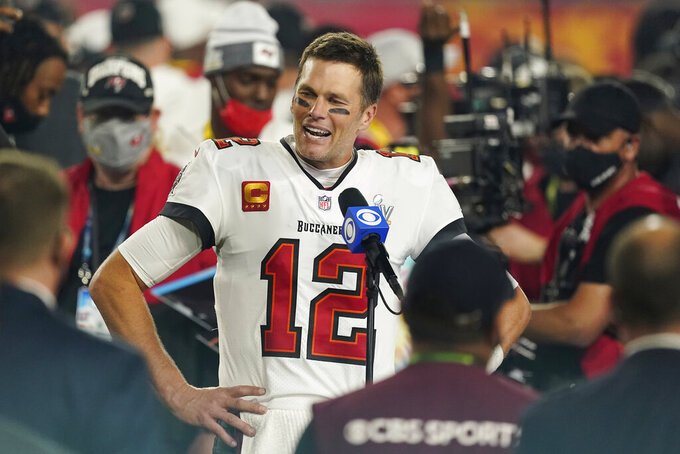 Tom Brady es entrevistado en el terreno de juego tras la victoria de Tampa Bay sobre Kansas City en el Super Bowl jugado el 7 de febrero del 2021 en Tampa, Florida. Fue el séptimo Super Bowl de Brady, que se sumó a los seis que ganó con New England. (AP Photo/Steve Luciano, FIle)