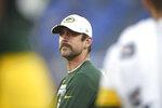 El quarterback de los Packers de Green Bay, Aaron Rodgers, observa la primera mitad del juego de pretemporada entre su equipo y los Ravens de Baltimore, el jueves 15 de agosto de 2019, en Baltimore. (AP Foto/Gail Burton)