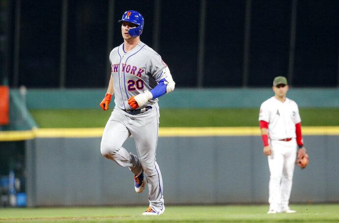 Pete Alonso (20) de los Mets de Nueva York recorre las bases tras batear un jonrón ante los Rojos de Cincinnati, el viernes 20 de septiembre de 2019. (AP Foto/John Minchillo)
