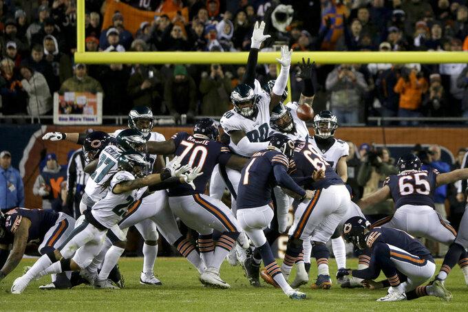 El pateador de los Bears de Chicago, Cody Parkey (1), falla un gol de campo durante la segunda mitad de un juego de comodines de la NFL contra los Eagles de Filadelfia el domingo 6 de enero de 2019, en Chicago. (AP Foto/David Banks)