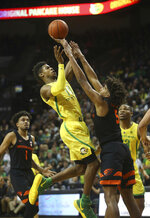 Oregon's Victor Bailey Jr., center left, goes up for a shot against Oregon State's Ethan Thompson, center right, with Stephen Thompson Jr., left, and Oregon's Francis Okoro, right, during the first half of an NCAA college basketball game Saturday, Jan. 5, 2019, in Eugene, Ore. (AP photo/Chris Pietsch)