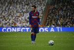 El delantero argentino Lionel Messi del Barcelona frente al balón en el partido contra el Real Madrid por La Liga Española, el domingo 1 de marzo de 2020. (AP Foto/Andrea Comas)