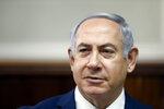 ARCHIVO - En esta fotografía de archivo del domingo 11 de febrero de 2018, el primer ministro israelí Benjamin Netanyahu preside la reunión semanal de gabinete en su despacho en Jerusalén. La policía recomendó que Netanyahu sea encausado por cargos de corrupción, entre ellos soborno, según versiones de prensa difundidas el martes 13 de febrero. (Ronen Zvulun, Pool vía AP, Archivo)