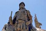 Esta fotografía muestra una estatua de bronce de Don Juan de Oñate afuera de un museo de Albuquerque, en Nuevo México. (AP Foto/Susan Montoya Bryan)