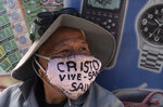 A man wearing a protective face mask marked with a message that reads in Spanish: