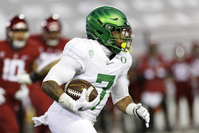 Oregon running back CJ Verdell (7) carries the ball during the first half of the team's NCAA college football game against Washington State in Pullman, Wash., Saturday, Nov. 14, 2020. (AP Photo/Young Kwak)