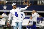 El quarterback de los Cowboys de Dallas Dak Prescott gesticula durante el partido de pretemporada contra los Texans de Houston, el sábado 21 de agosto de 2021, en Arlington. (AP Foto/Michael Ainsworth)