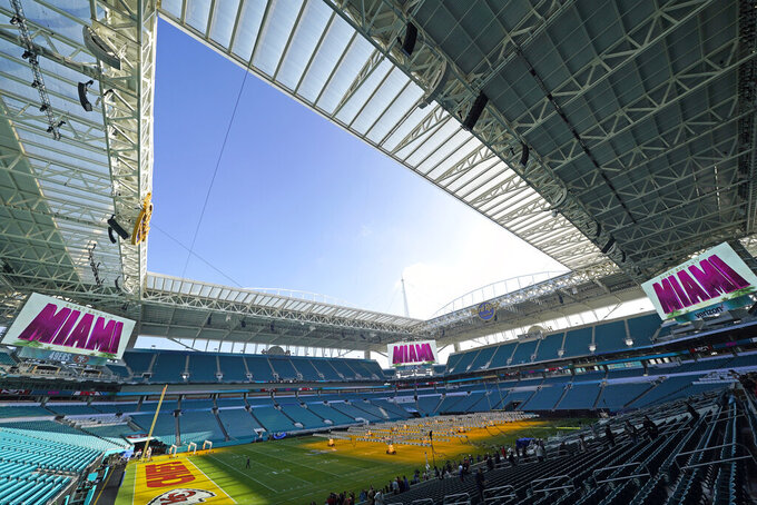 Preparan el campo del Hard Rock Stadium para el Super Bowl. Con paquetes exclusivos y cenas con ex jugadores Miami atrae a los grandes derrochadores el 28 de enero del 2020.  (AP Photo/David J. Phillip)