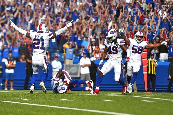 Jordan Proyer (21) Tremaine Edmunds (49) y Matt Milano (58), de los Bills de Buffalo, festejan luego que Tre'Davious White interceptó un pase de los Bengals de Cincinnati, el domingo 22 de septiembre de 2019 (AP Foto/Adrian Kraus)
