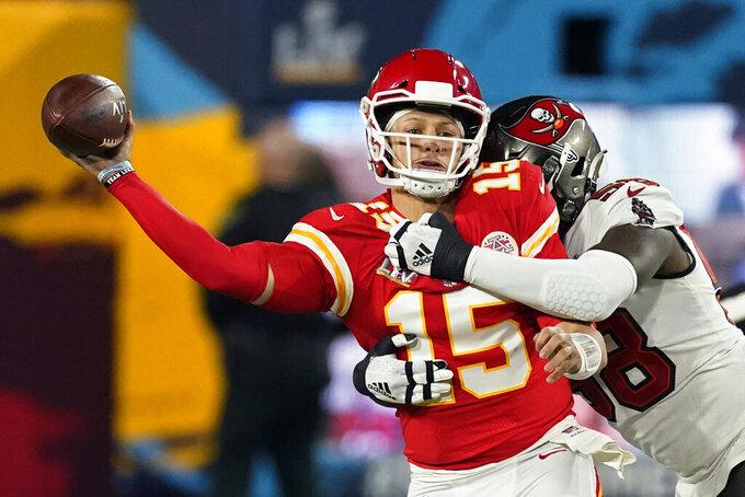 El quarterback Patrick Mahomes de los Chiefs de Kansas City pasa el balón ante el asedio de Shaquil Barrett de los Buccaneers de Tampa Bay durante el Super Bow, el domingo 7 de febrero de 2021 en Tampa, Florida. (AP Foto/Ashley Landis)