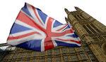 Una bandera británica ondea frente al Parlamento en Londres, el viernes 25 de octubre de 2019. Los políticos, tanto en Gran Bretaña como en la Unión Europea, parecen estar mirándose entre sí para ver quién va a romper el punto muerto del Brexit. (Foto AP/Kirsty Wigglesworth)