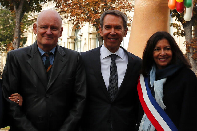 FILE - In this Oct.4, 2019 file photo, New York-based artist Jeff Koons, center, poses with Mayor of Paris Anne Hidalgo, right, and Christophe Girard, deputy Paris mayor in charge of culture, as they unveiled the sculpture