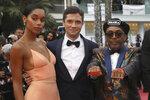 La actriz Laura Harrier, el actor Topher Grace y el director Spike Lee posan al llegar al estreno de la película