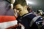 En foto de archivo  del 4 de enero de 2020, Tom Brady, quarterback de los Patriots de Nueva Inglaterra, se marcha del terreno tras la derrota ante los Titans de Tennessee, en el encuentro de comodines de la Conferencia Americana. El 18 de marzo del 2020 los Buccaneers de Tampa Bay esperan firmar al quarterback que anunció el martes su salida de los Patriots. Aunque no se ha hecho un anuncio oficial, la venta de boletos para la temporada incrementó este día. (AP Foto/Bill Sikes, archivo)
